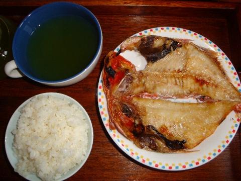 大きな干物 カフェオレボウルの茶 米飯 昨夕飯。